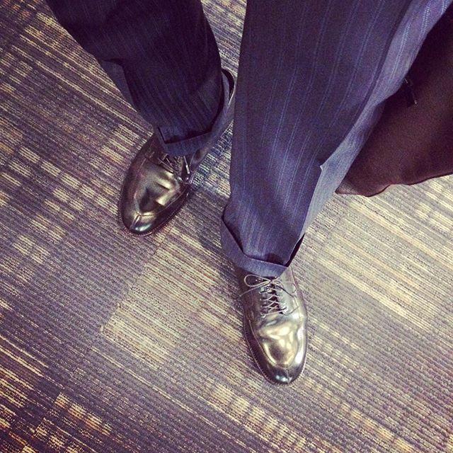 snrolfing 出動!#alden #alden54331 #aldenshoes #lethershoes #mensshoes #footwear #menssuits #menssuitsstyle #mensfashion #menstyle #mensclothes #coach #coachtote #オールデン #オールデン54331 #Vチップ #メンズシューズ #革靴 #メンズスーツ #スーツ #スーツスタイル #メンズスタイル #メンズファッション #メンズコーデ #コーチ #コーチバッグ 2017/04/16 08:32:09