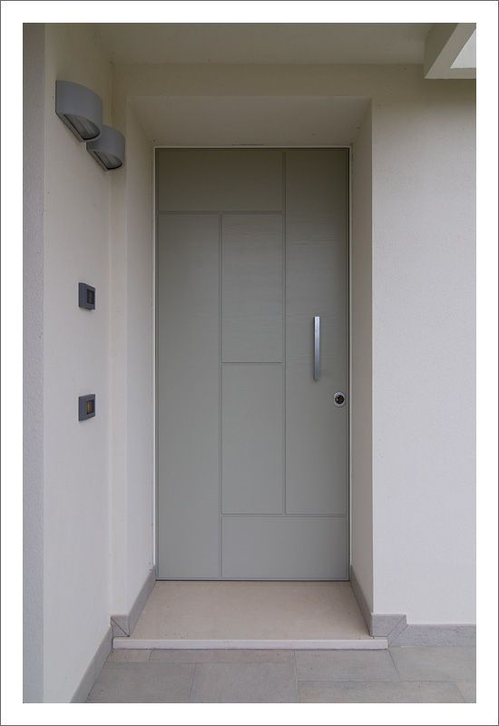 Serramenti in legno laccati bianchi, porte scorrevoli, tende oscuranti motorizzate, scuri laccati a campione. Portoncino blindato di sicurezza con pannelli personalizzati. - White painted windows, lift-and-slide doors, custom painted shutters. Security armed door with custom panels. www.aldenasite.com