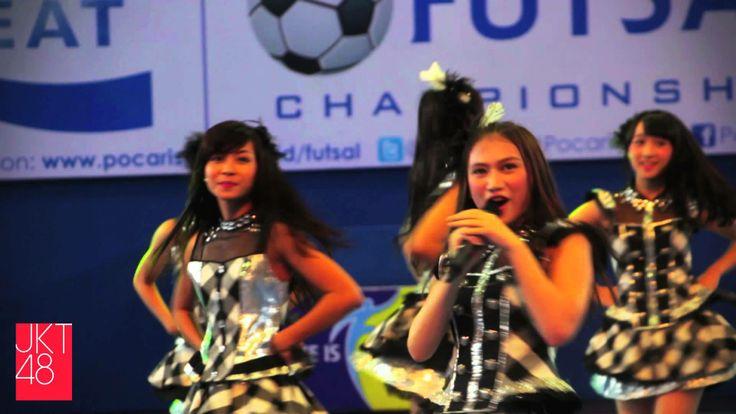 "JKT48 - ""Musim Panas Sounds Good!"" at Grand Final Pocari Sweat Futsal 2013"