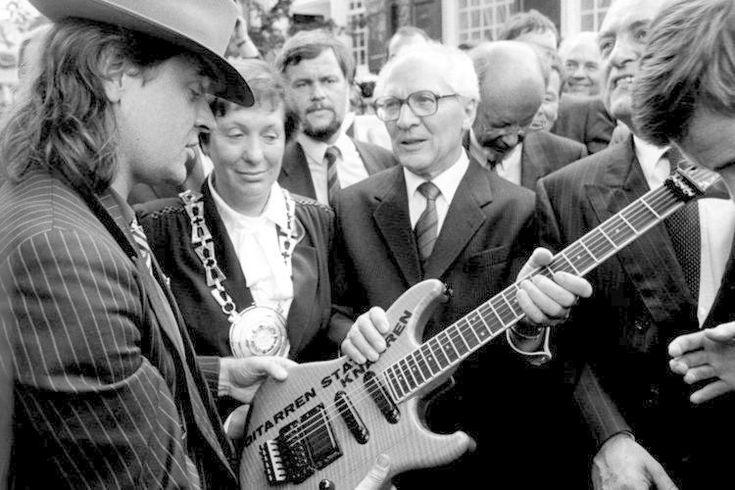 Gitarren statt Knarren: Lindenberg schenkt SED-Generalsekretär Erich Honecker 1987 bei seinem Besuch in Wuppertal eine Gitarre und schickt dem DDR-Politiker eine Lederjacke. Der Rocker verknüpft mit diesem Geschenk die Aufforderung zu mehr Toleranz. Im Gegenzug schenkt Honecker ihm eine Schalmei