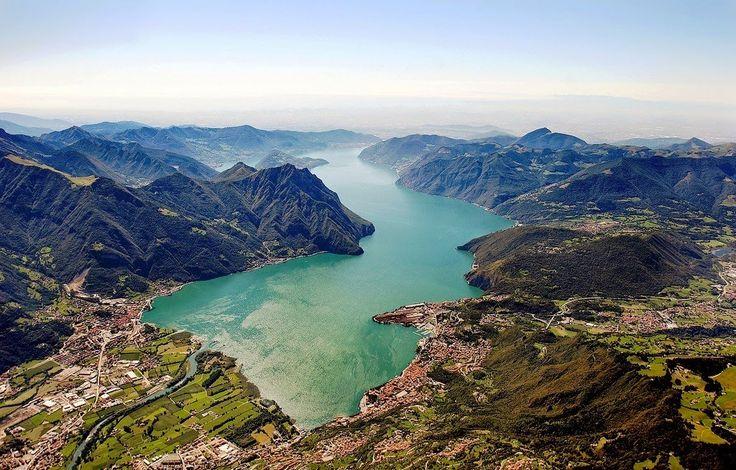 Mniej więcej w połowie drogi między jeziorem Garda a Como, 60 km od Bergamo spotykamy trzecie co do wielkości, polodowcowe jezioro włos...