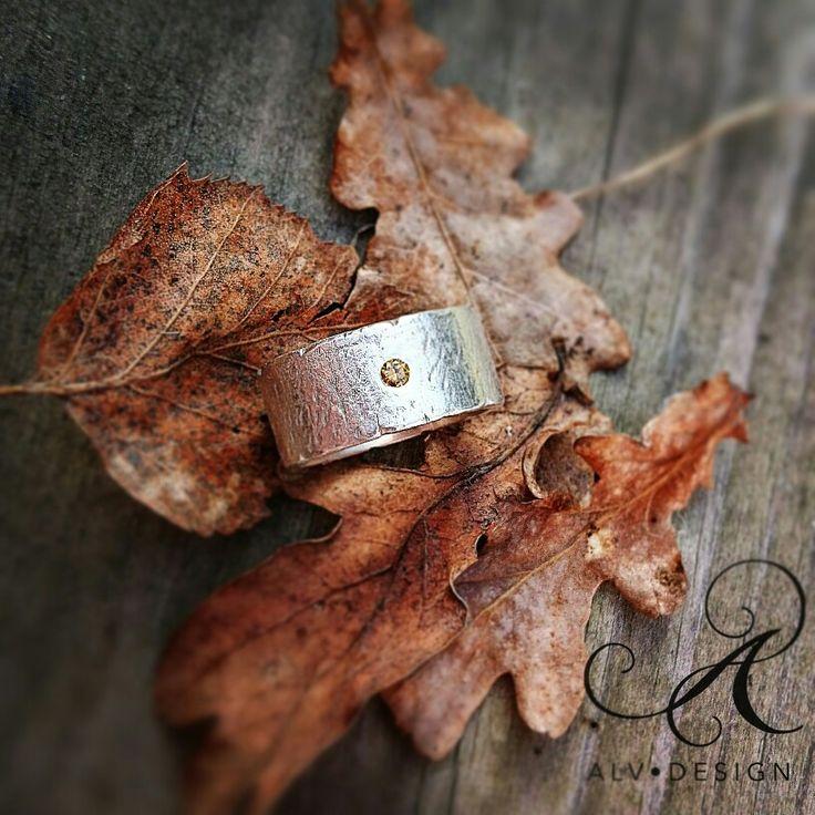 MARMOR - en rustik handgjord silverring med handsatt cognacfärgad diamant 0,07 ct. Design och arbete av konstnär och silverdesigner Anneli Lindström, Alv Design. Välkommen att se mer av Alv Designs handgjorda silverringar i webbutiken www.alvdesign.se