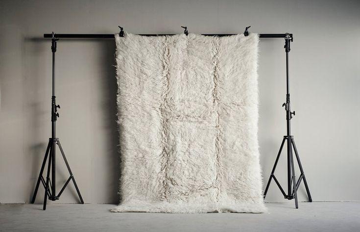 Layered Shaggy Rug har ett mjukt uttryck och är tillverkad i 100 % ull. Mattornas kvalité framställs genom en unik produktionsprocess från 1930-talet och skiljer sig från hur man normalt producerar ryamattor. Ullen placeras i behållare under vatten i naturliga vattenfall vilket skapar mattornas levande utseende. Alla mattor i kollektionen är vävda individuellt vilket resulterar i att varje matta är unik och kan variera en aning i mått och färg.