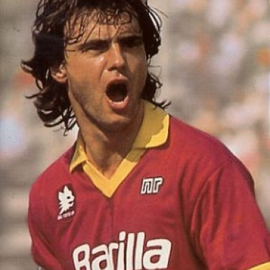 Giuseppe Giannini (Rome, 20 August 1964) – Too young to contribute to the 1983 Scudetto-winning team, too old by the time the Giallorossi next triumphed in the league, in 2001. Giuseppe Giannini makes for an unusual story. A born talent, he wore the 10 shirt on his back and in his heart, along with the captain's armband. He was loved and yet went through tough times. He was adored yet questioned. When he did have his ability called into question, he was able to react with class and character