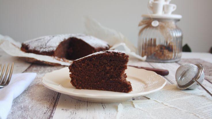 TORTA VEGANA AL CIOCCOLATO Quanto è bello svegliarsi la mattina sapendo che in cucina, pronta per la colazione, c'è una torta al cioccolato alta e soffice ad aspettarci? Una di quelle torte che immerse nel latte è ancora più buona. La torta al cioccolato è proprio una di quelle! Qui trovate la mia versione della torta semintegrale al cioccolato senza uova, latte e burro, perfetta per chi ha delle intolleranze alimentari. INGREDIENTI 150 g di farina integrale 150 g di farina di tipo 0 200 ...