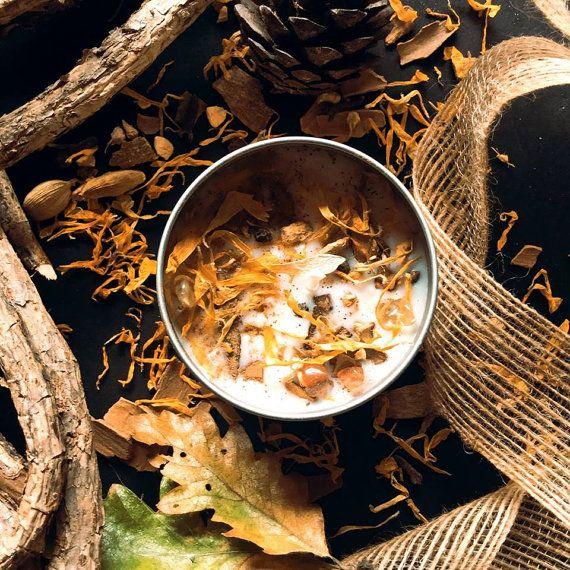 PUMPKIN PIE SOJA-KERZEN.  Diese süßen, würzigen Kürbiskuchen Hand gegossen Sojabohnenölkerze hat mit Vanille ätherisches Öl und Yuletide Spice ätherisches Öl hineingegossen worden und hat dann mit einem getrockneten Calendula Blüten, getrocknete Kürbiskerne, Zimt, Citrin und Karneol gekrönt worden. Es wurde Hand gegossen in eine hübsche 60 mm x 40 mm, 100 g-Emaille Dose mit einem klaren Top Druck auf Deckel, im Duft, mit einer Brenndauer von 30-40 Stunden zu sperren.  Alle unsere Soja-Kerzen…