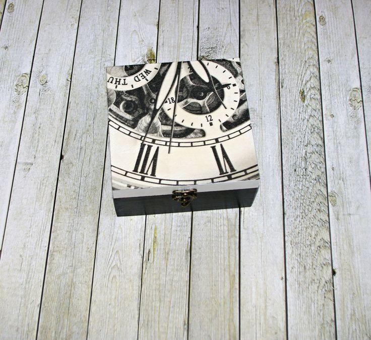 Tak+šel+čas+Dřevěná+krabička+o+rozměrech+cca+16,2x16,2+cm+a+výšce6+cm.+Krabička+je+natřena+akrylovými+barvami,+ozdobená+technikou+decoupagea+zapínáním.+Následně+přetřena+lakem+s+atestem+na+hračky,+uvnitř+nechána+přírodní.