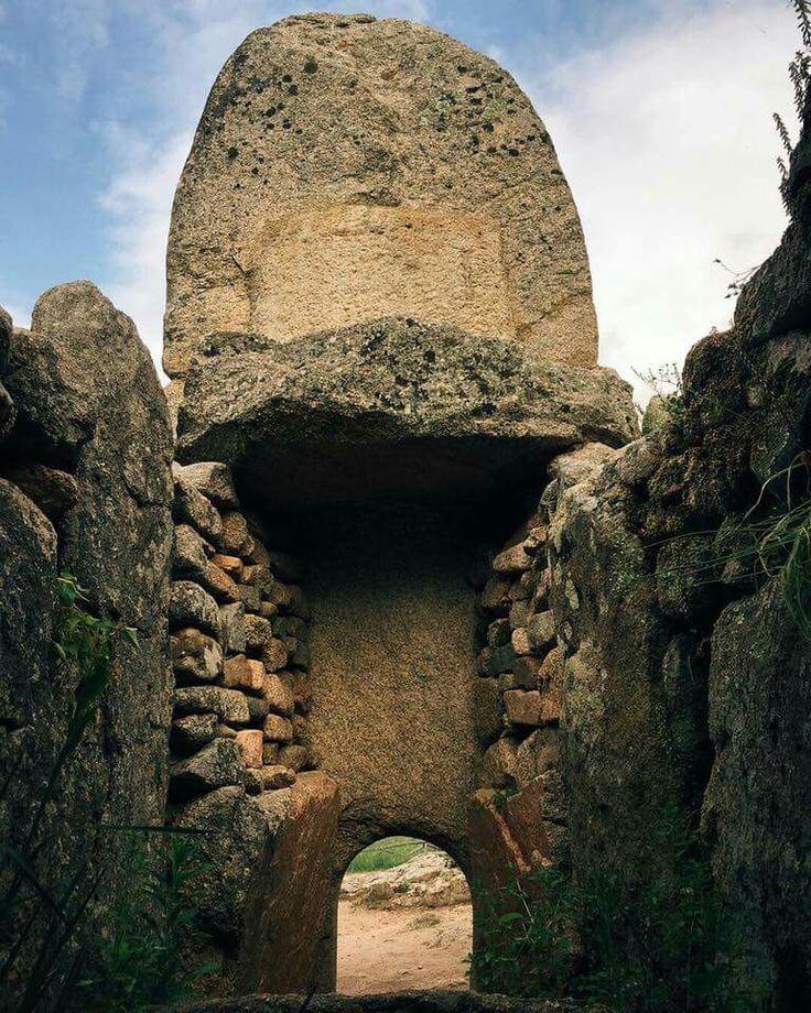 "Tomba dei giganti "" Coddu Vecchju "" Arzachena. Sardinia/Cerdeña."