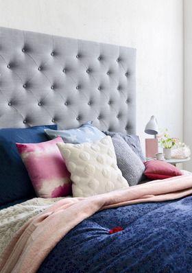 Tête de lit ORION SHESS garniture polyester. Revêtement polyester et lin gris. Structure en hêtre massif et panneaux de particules. L 200 x H 150 cm. 255 euros. Taie d'oreiller FOULARD en coton issue d'un set de linge de lit comprenant une housse de couette. 240 x 220 cm et 2 taies d'oreiller 65 x 65 cm. 69 euros. Taie d'oreiller MAX en coton issue d'un set de linge de lit comprenant 1 housse de couette 140 x 200 cm et d'une taie d'oreiller 65 x 65 cm. 24,90 euros. Coussin tricoté KNIT…