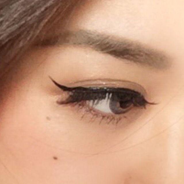 綺麗目ぎゃるメイク|maa さんのメイク方法・やり方|MAKEY [メイキー] リキッドアイライナーで アイラインを書きます。 目頭~黒目までは細く 粘膜塗りつぶすだけそこから徐々に太くし、キャットラインを作ります。 目尻は1センチほど ...