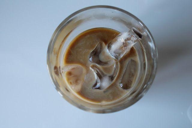 Ketunhäntä keittiössä: Kylmäuutettu jääkahvi  110 g kahvinporoja (mielellään tummapaahtoista ja laadukasta: kylmässä kahvissa laatu korostuu!) 1.9 l kylmää vettä