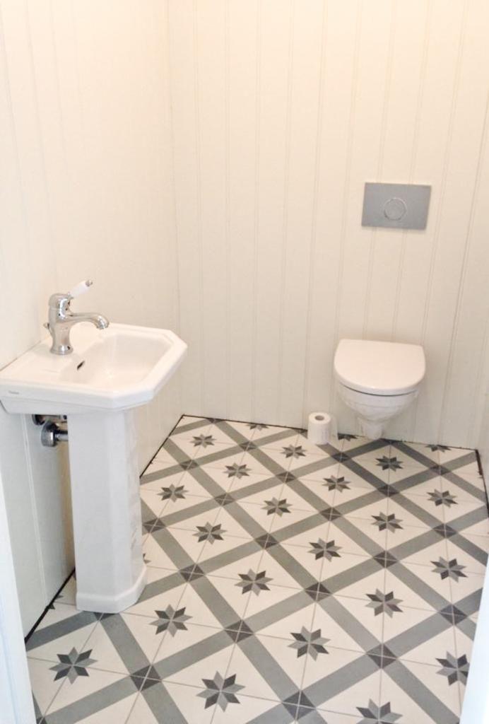 historiske fliser på wc-rom