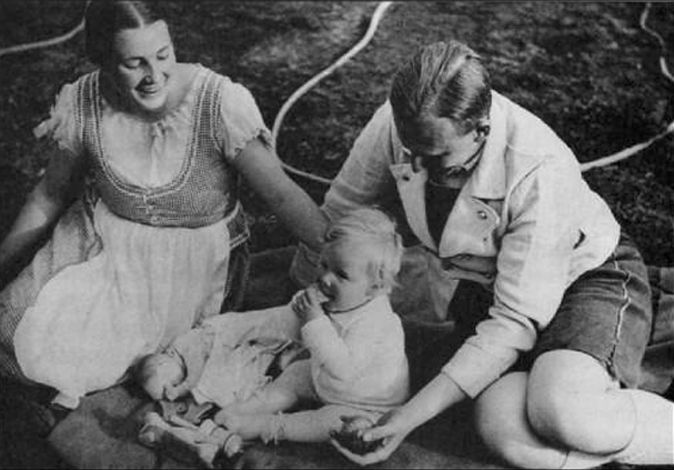 Reinhard and Lina Heydrich with their son Klaus in München, 1934.
