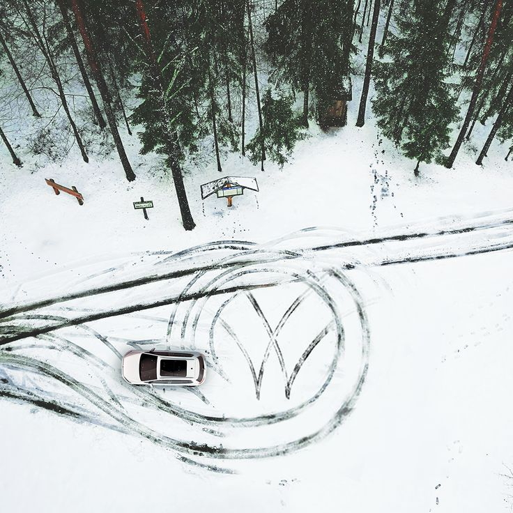 This aerial photo shows how the new Golf Sportsvan leaves a great impression – in this case, car tracks in the form of the Vokswagen brand logo on the snow-covered ground.