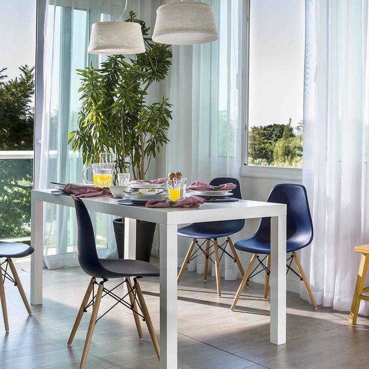 As cadeiras Eames se tornaram um clássico do design e nunca saem de moda! Aqui elas são responsáveis por quebrar a atmosfera monocromática e dar um toque a mais de persoalidade à sala. Gostaram?  Produtos: - Conjunto 2 Cadeiras Eames PP Azul Marinho - Mesa de Jantar Line 1.6 Branco  #produçãocasamobly #casamobly #moblybr #mobly #lar #home #design #inspiration #decor #decoration #homedecor #casa #decoracao #inspiracao#homedecoration #casanova #instahome #instadesign #homedesign#homestyle…