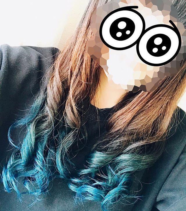 WEBSTA @ aritakaari - .今年も青にした。3日間だけ。笑.マニパニのロカビリーブルー本当に優秀。青って、金とか白になるまで色抜かないと緑になっちゃうけど、この色はオレンジぐらいまで抜けば結構染まってくれる。.仕事始まるから明日この部分切ってくる。もったいない。.#マニパニ#マニックパニック#ロカビリーブルー#青髪#毛先カラー #セルフカラー#自己満足