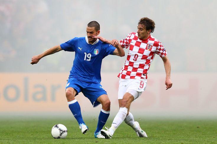 Leonardo Bonucci  Leonardo Bonucci ha 27 anni e gioca dal 2010 nella Juventus, spesso assieme ai suoi connazionali Andrea Barzagli e Giorgio Chiellini. È cresciuto nell'Inter. Esplose nella stagione 2009-2010 nel Bari, quando fece un'ottima stagione in coppia con Andrea Ranocchia (ora all'Inter). Ha già giocato 35 partite in Nazionale, segnando due gol.