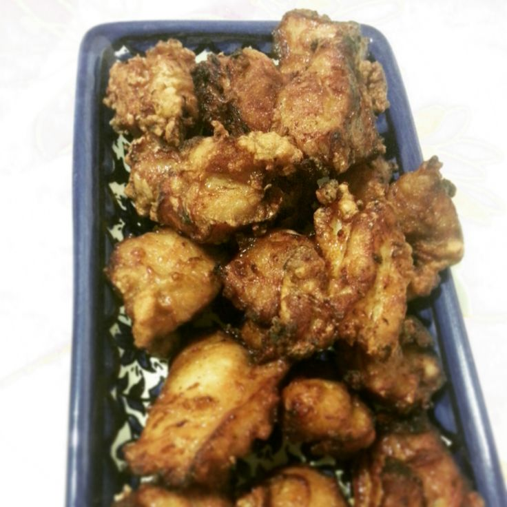 Karaage (pollo fritto giapponese) - di Louise Pénaud - 600 g di sovraccosce di pollo disossate tagliate a bocconi - 2 cm di zenzero grattuggiato - 2 spicchi di aglio tritato - 4 cucchiai di salsa d...