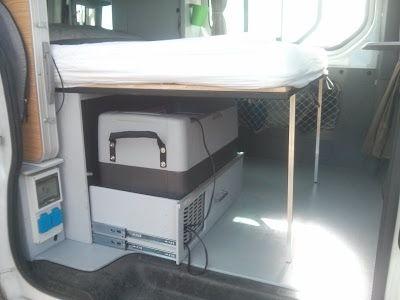 Structure principale avec sommier de lit peigne coulissant d'avant en arrière pour étendre le couchage à 1m20 x 1m90 avec pieds amovibles en aluminium - camping Van Renault Trafic II Passenger 2007 L1H1
