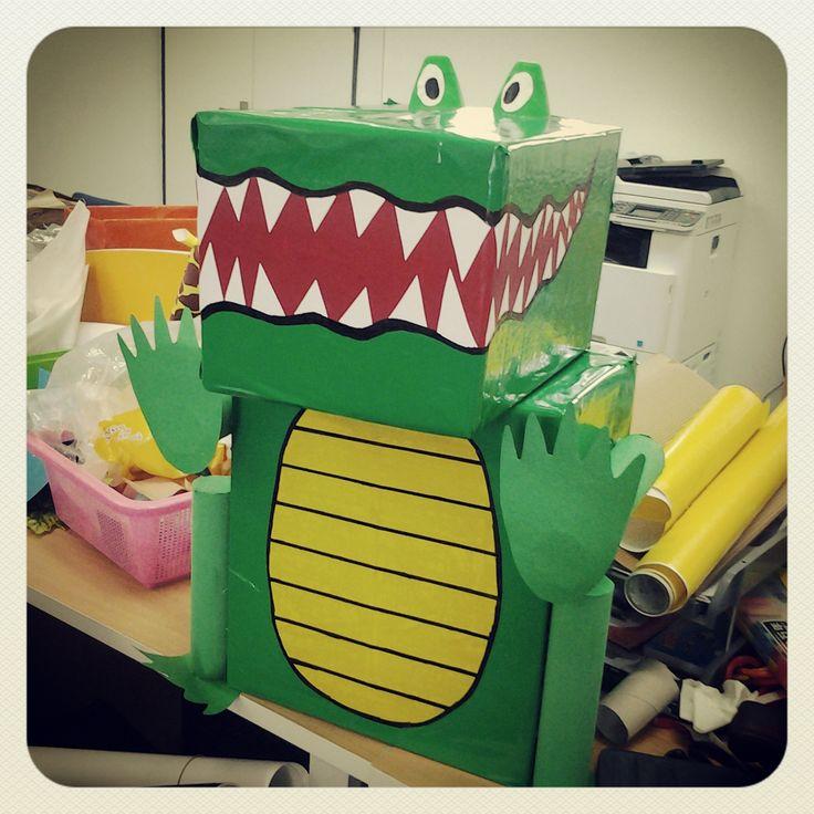 Un coccodrillo creato riciclando vecchi scatoloni.