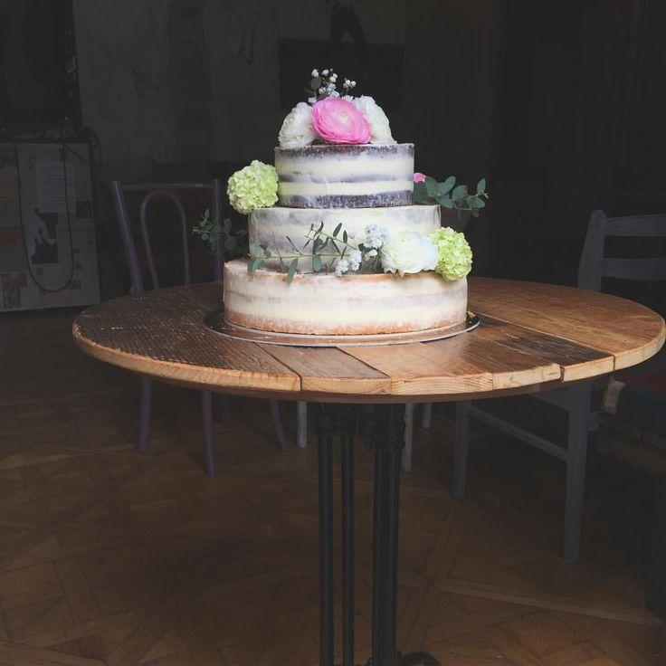 """73 kedvelés, 5 hozzászólás – Fanni Bisztriczky (@bfanni) Instagram-hozzászólása: """"Wedding season 🎂🍾💒🌸👰🏻💍♥️ #weddingcake #wedding #cake #cakestagram #yes #bride #flowers…"""""""