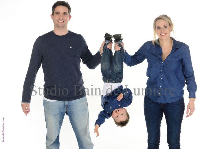 Le portrait de famille revisité, shooting photo de famille en studio professionnel à 99 € de 2 à 4 personnes, photos funs et décalées. Studio Bain de Lumière à Puteaux , offre à découvrir sur http://www.photosfashion.com/seance-photo-famille.html Possibilité de carte cadeaux à offrir pour les grandes occasions, fêtes des mères, anniversaire, Noel. C'est le cadeau préféré des mamans et des grands mères, parce que ceux que l'on aime sont les plus importants du monde.