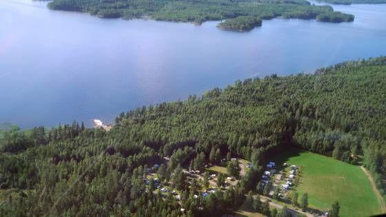 Camping Tiveden ist ein schöner und freundlicher Familiencampingplatz direkt am strand des klare Sees Unden. Sie können in einer komfortablen Kabine, oder im eigenen Wohnmobil, Wohnwagen oder Zelt übernachten.