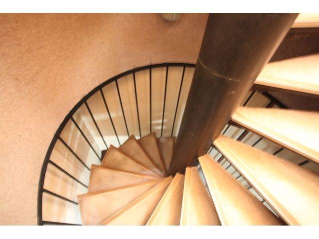 階段は踏み板を張替え、壁の色を変えるだけで随分と雰囲気が良くなりました。