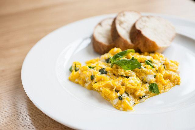 Míchaná bio vejce s domácím pečivem // www.bistrofranz.cz/cs/snidane-brno