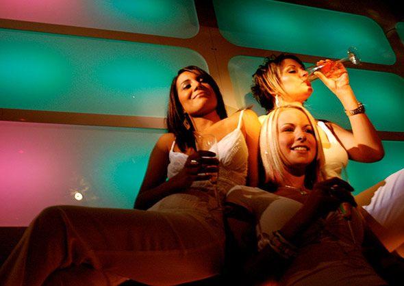 Der Nüchternmacher  Verblüffende Wechselwirkung von Oxytocin und Alkohol  Ziemlich überraschend ist eine weitere Wirkung des Kuschelhormons. Denn es gibt offenbar verblüffende Parallelen zwischen Oxytocin und Alkohol: Demnach hat das Hormon nicht nur im Verhalten ähnliche Effekte, es greift auch im Gehirn in die gleichen Prozesse ein, wie jüngste Forschungen zeigen. Und das ließe sich vielleicht sogar ausnutzen – als Ernüchterungsmittel
