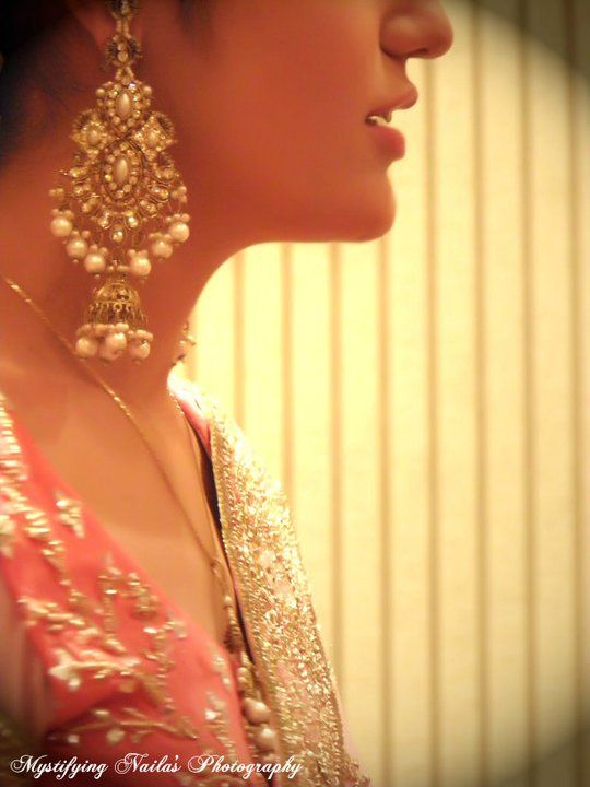Those earrings! Pearl + gold + jumka. Could you ask for more? :D - #wedding #india