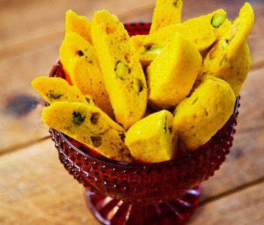Saffransbiscotti är enkelt och gott att baka! Biscotti är en söt och knaprig, italiensk mandelskorpa – här med saffran och gärna pistagenötter istället för mandel. Bjud de små kakorna till kaffe eller glögg. Biscotti med saffran är också fina och goda att ge bort som en hembakad present.