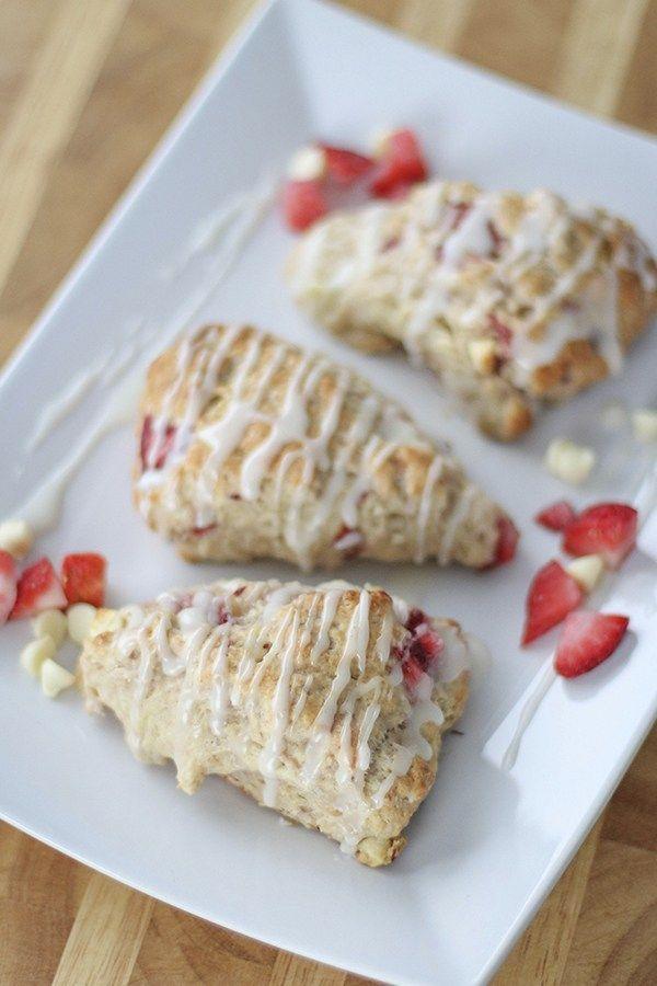 Huuum, scones é uma das sobremesas que mais gosto de fazer e comer. Eles são suuper fáceis e rápidos de fazer e ficam super deliciosos, principalmente quando estão fresquinhos. A receita de hoje é …