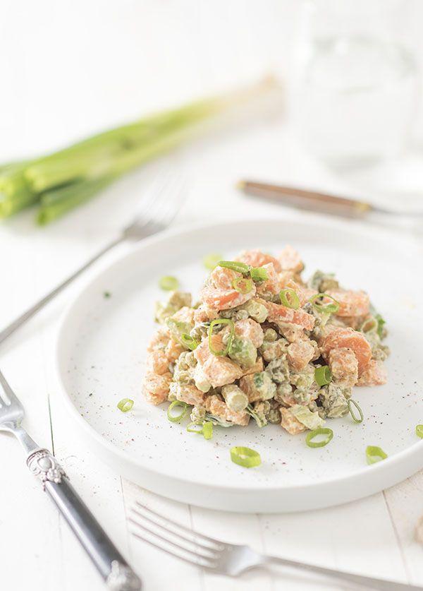 Gezonde huzarensalade maken is makkelijker dan je denkt. Onze huzarensalade maken we van zoete aardappel, avocado, wortel en nog veel meer lekkers.