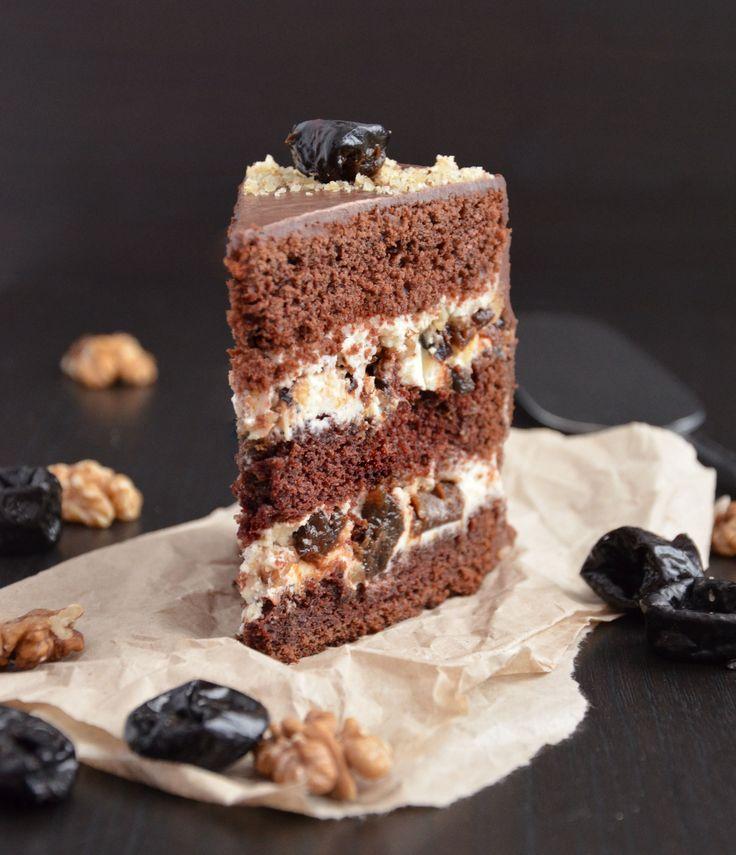 Шоколадные коржи в сочетании с воздушным сметанным кремом, начинкой из чернослива и грецких орехов покрыты глазурью из темного шоколада. Торт придется по вкусу всем, т.к. в нем обыгрывается популярное, беспроигрышное и любимое многими всеми сочетание чернослива и шоколада. Ингредиенты на торт диаметром 16-18 см: Бисквит: Мука - 190 г; Сода - 1 ч.л.; Соль – 3/4 ч.л.; Какао - 40 г; Сахар - 220 г; Яйцо среднее – 2 шт; Сливочное масло - 90 г; Молоко - 210 мл; Винный уксус – 3/4 ст.л. Кр...