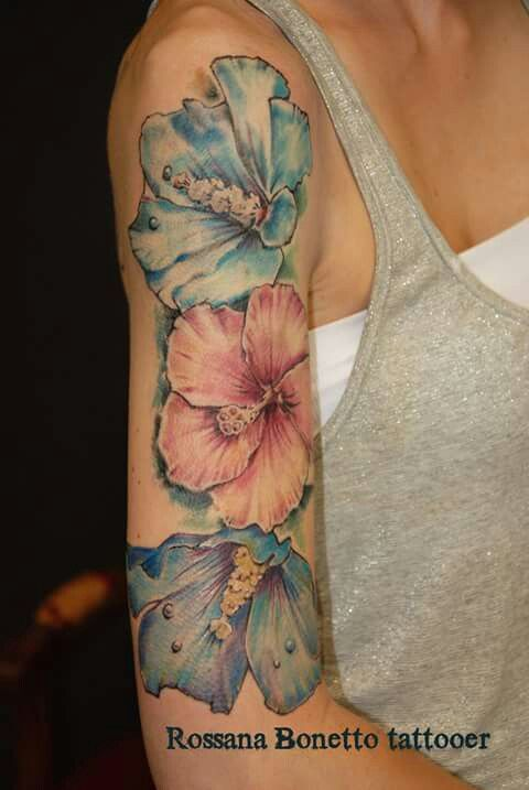Hibiscus flowers tattoo tatuaggio fiori ibisco, Rossana Bonetto tattooer, Bloody Mary TATTOO PARLOUR, Zaragoza, Spain.