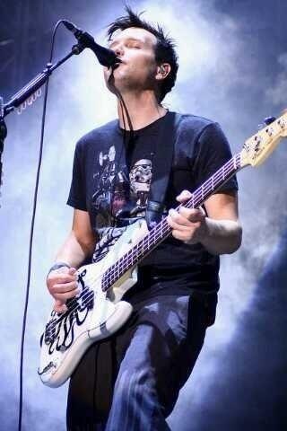 Mark Hoppus, bassist/zanger van de band Blink 182. hij wordt gezien als 'the village idiot' en maakt samen met de gitarist Tom Delonge veel grappen op het podium