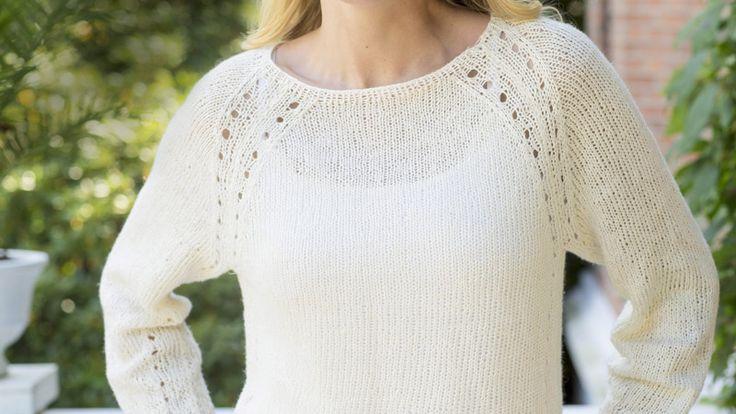 Feminin tröja i en enkel design men med hålmönstrade detaljer. Du stickar den i rent lingarn, vilket ger ett härligt plagg med naturlig känsla.