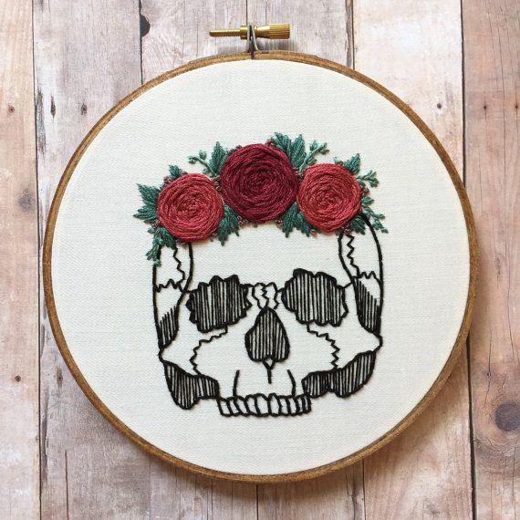 """Menselijke schedel met roze bloem kroon hand borduurwerk hoepel kunst. Hand gekleurd 6"""" hoepel. Anatomie. Home decor."""