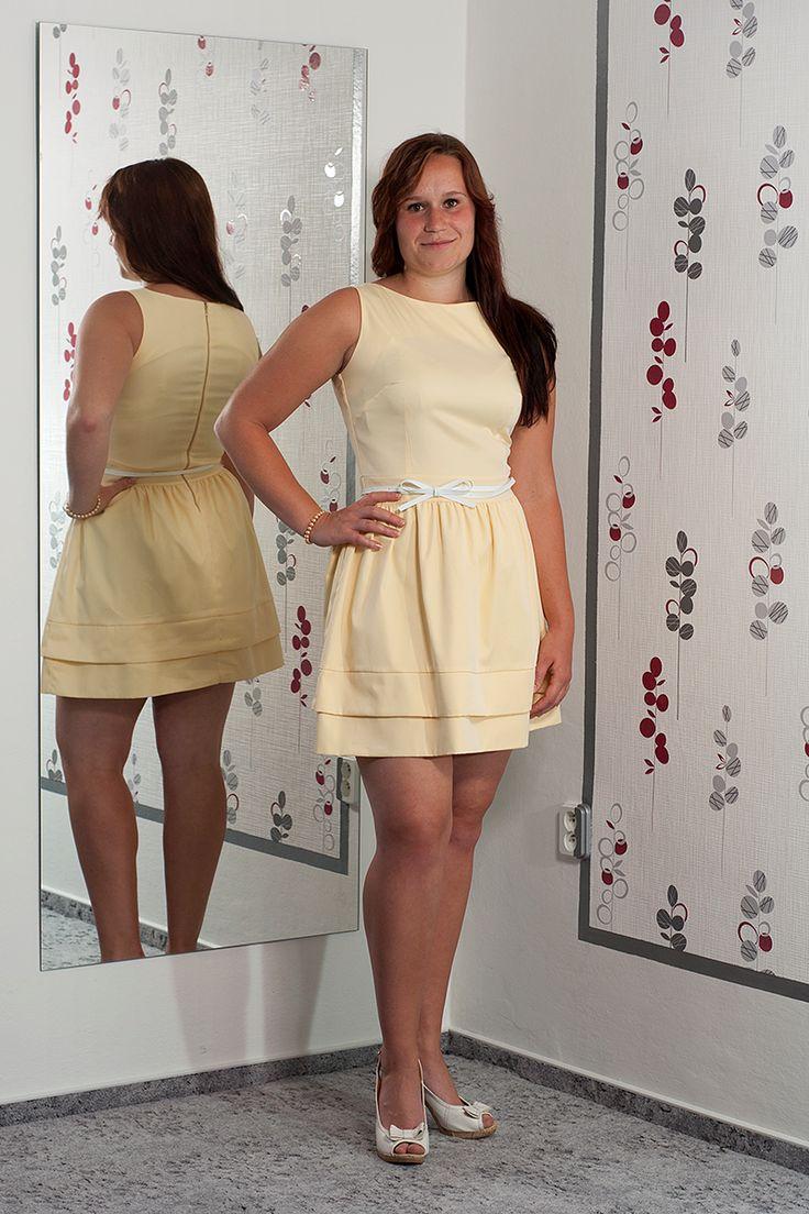 076. Žluťáskové šaty s bílým páskem.  Vel.: 42  Cena: 820,- kč