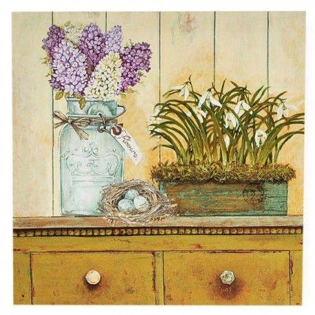 Obraz przedstawia komodę na której stoją kwiaty w wazonie i w doniczce, oraz znajduje się gniazdo z trzema jajeczkami. Dekoracja przepięknie oddająca prowansalski styl.