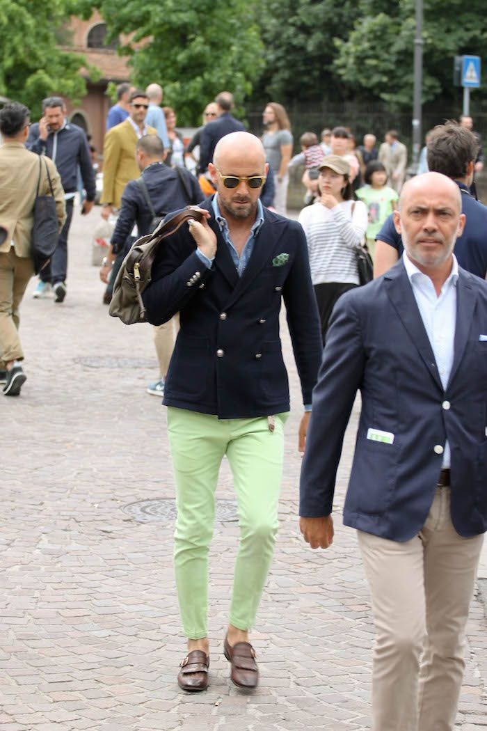 Le Pitti Uomo (salon de mode masculine qui se tient en Italie) est une incroyable vitrine du style national. Sur ce look, le blazer marine à épaules naturelles vient tempérer ce pantalon vert anis. Ce dernier, très court, dévoile une très jolie paire de souliers à simple boucle. Un assortiment très réussi. #bonnegueule #modehomme #streetstyle #inspiration #été