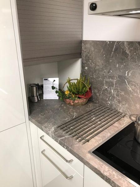 ballerinaküchen Premiumweiss Hochglanz mit Arbeitsplatte Marpel Creek #design #kitchen #Küche #grey #grau #white #ballerina