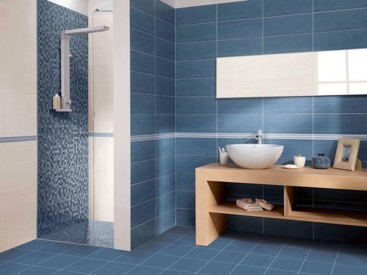 carrelage salle de bain bleu, mosaïque bleues et meuble sous-vasque en bois clair