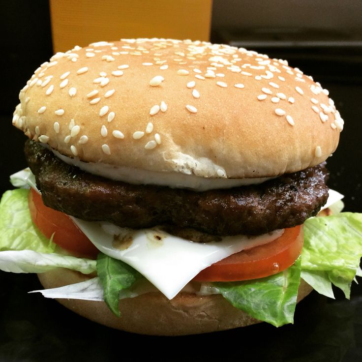 Hamburger alla cacciatora composto da quattro carne diverse maiale,agnello,pollo,vitello. Combinazioni  giusta per una Burger dal sapore deciso.