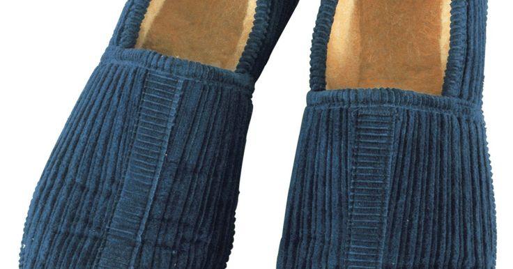 Como fazer pantufas antiderrapantes. Deslizar os seu pés em pantufas de lã quentinhas quando você acorda de manhã com certeza é melhor do que colocá-los no chão frio. No entanto, a menos que todo o piso da sua casa seja acarpetado, as pantufas podem fazê-lo escorregar. Evite quedas desnecessárias e ao mesmo tempo mantenha os pés aquecidos com pantufas de lã caseiras antiderrapantes.