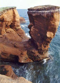 Tour de grès sculptée par la mer. Iles-de-la-Madeleine