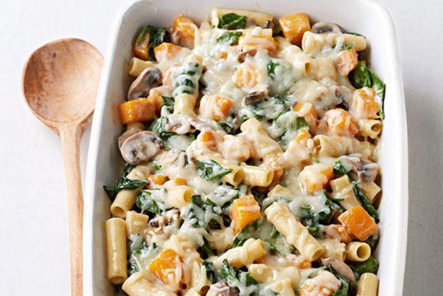 De la courge musquée, des champignons et du romarin frais : un trio toujours gagnant! Essayez-le dans ces délicieux zitis au four.