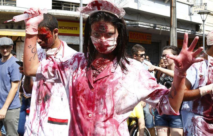 """Zombie Walk reúne 20 mil """"mortos vivos"""" em Curitiba; veja fotos    Evento chegou a ser cancelado durante a semana, mas foi retomado depois de acordo com a Prefeitura"""