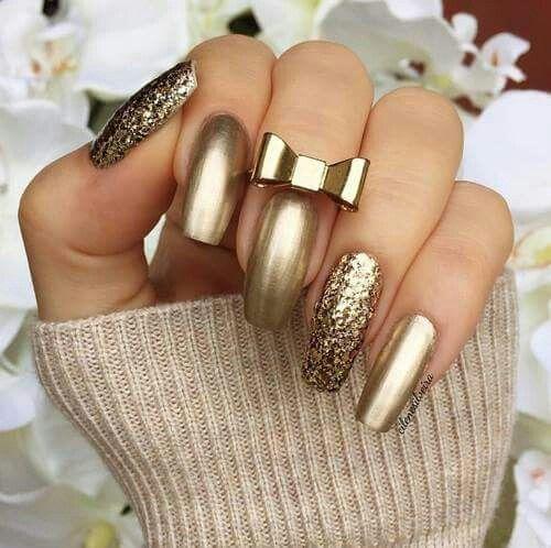 $ 150.     Uñas acrílicas Esculturales. Punta cuadrada. Dorado metálico y glitter. Organic Nails. Diseño de la Web